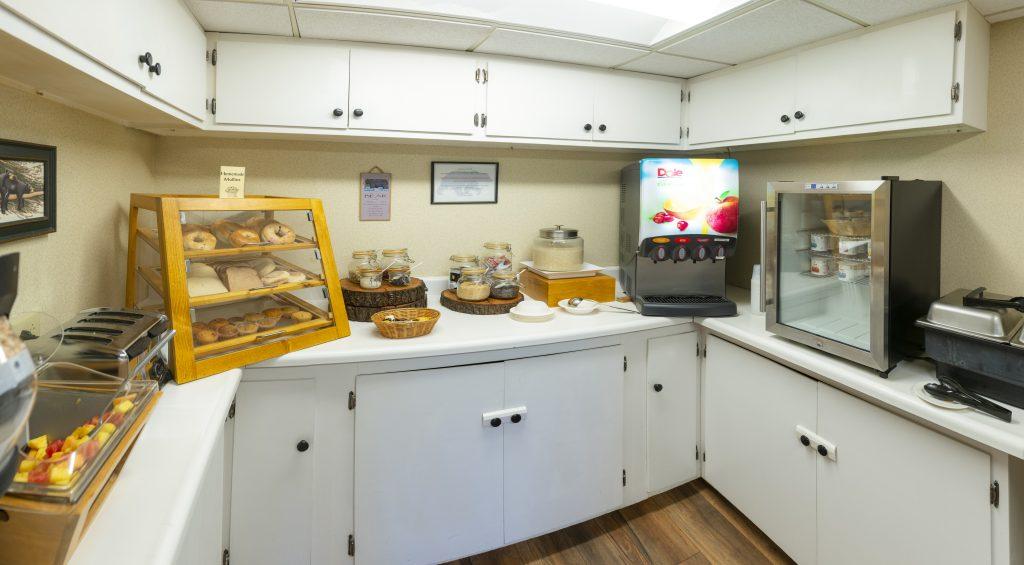 Bangor/Orono room amenities Breakfast | Black Bear Inn Orono
